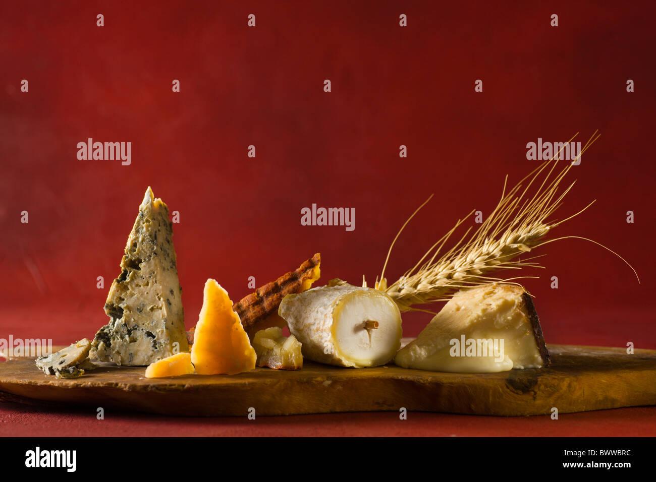 Eine hölzerne Cuttingboard mit, von links nach rechts: Cabrales (Kuh - Spanien), Roomano (Kuh - Holland), Majorero Stockbild
