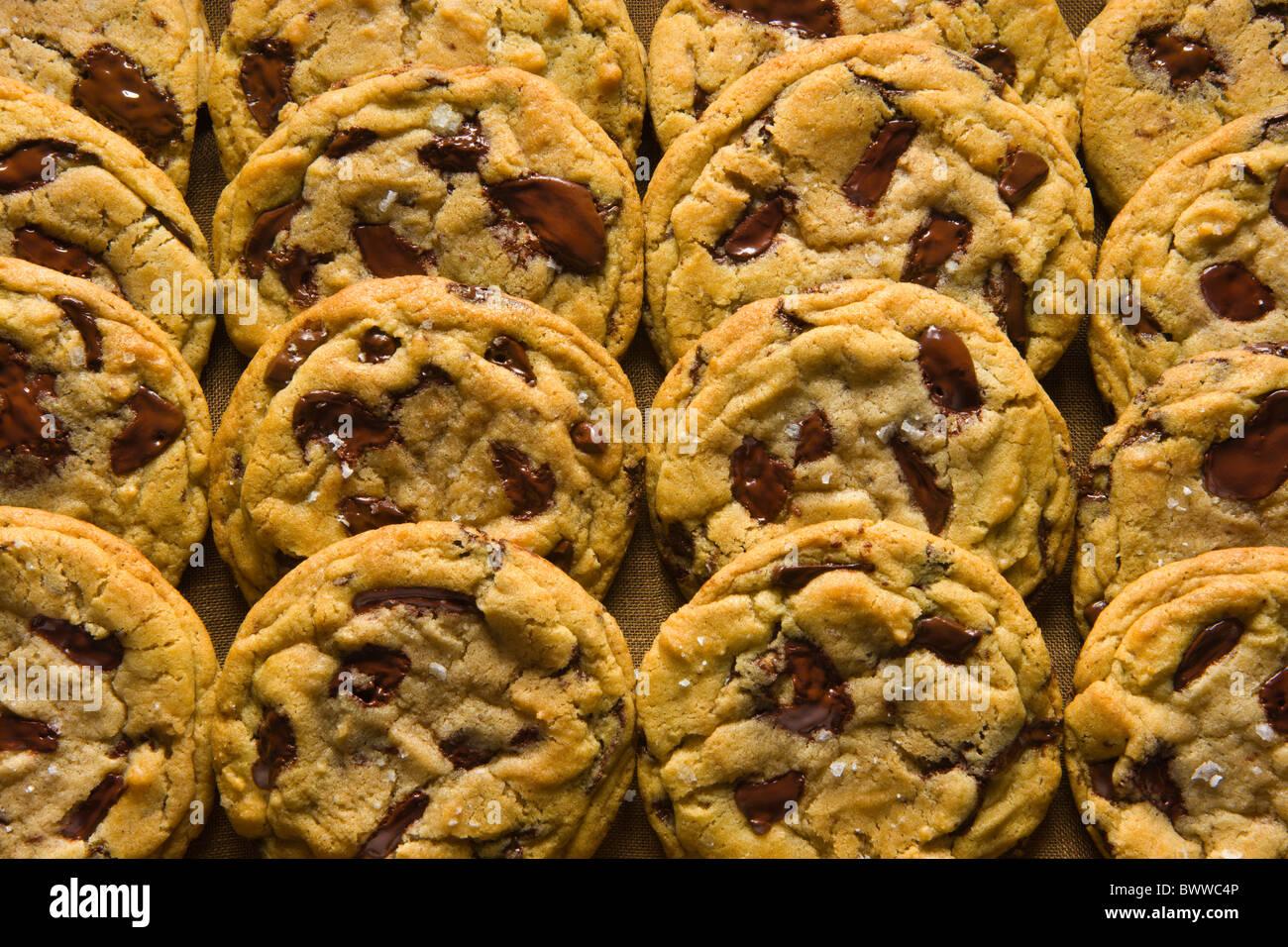 Chocolate Chip Cookies auf einem Holz-Tablett über eine braune Leinen-Serviette. Stockbild