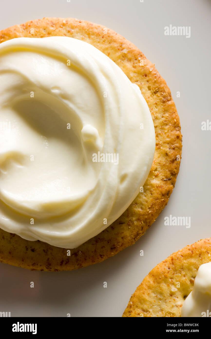Kekse mit cremiger Käse verteilen auf oben auf einem weißen rechteckigen Teller. Stockbild
