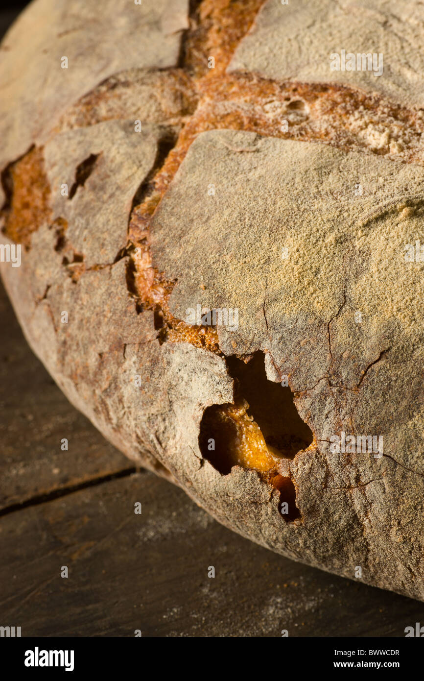 Brotlaib handwerklichen auf rustikale Oberfläche des Holzes. Stockbild