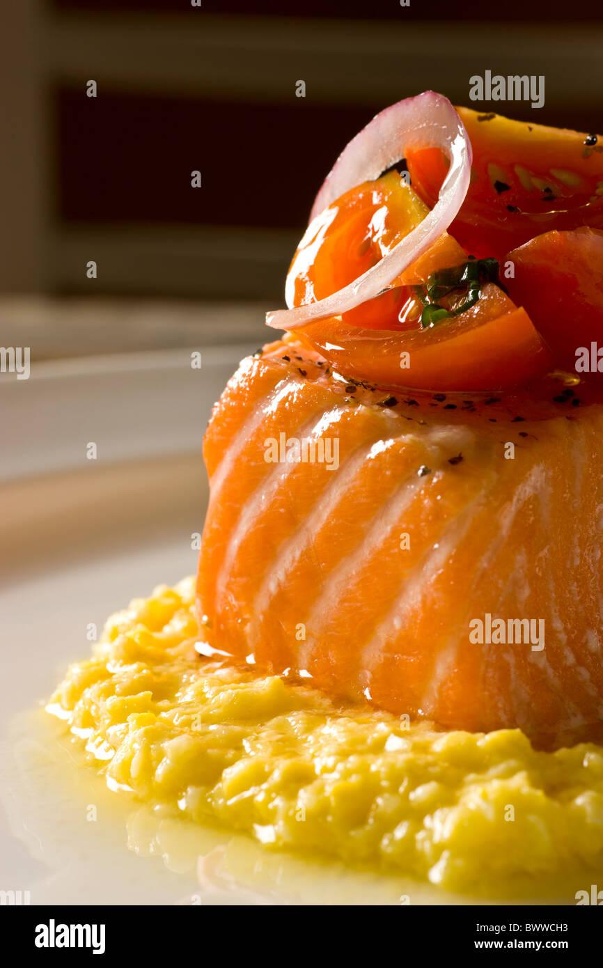 Langsam geröstete Bio-Lachs mit Sommer Mais Pudding und Tomaten Vinaigrette. Stockbild
