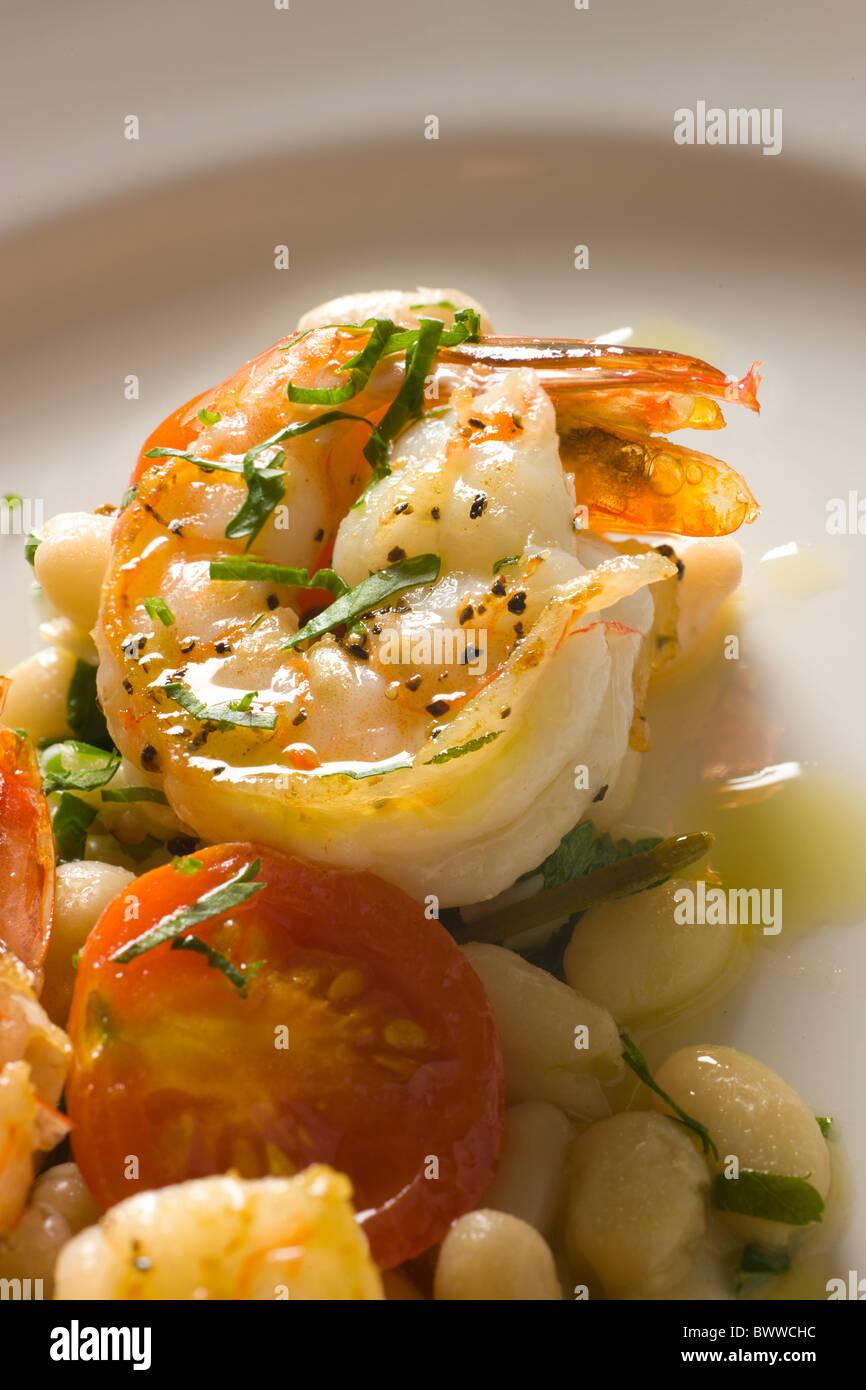 Garnelen zu wärmen und weiße Bohnen mit Tomaten und Petersilie Stockbild