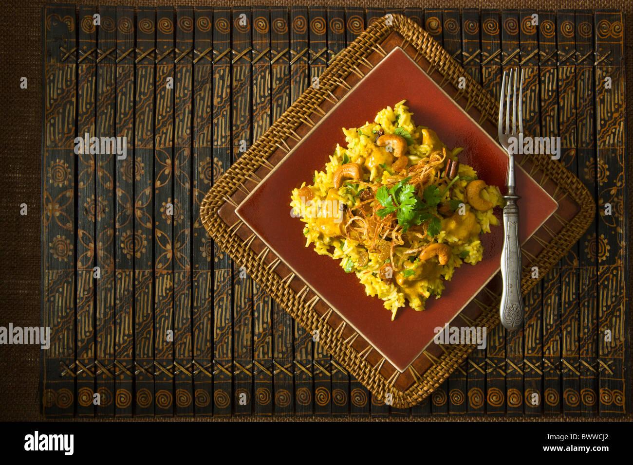 Würfel Hähnchen mariniert in Joghurt und Gewürzen, geschmort mit Basmati-Reis und garniert mit gehackten Stockbild