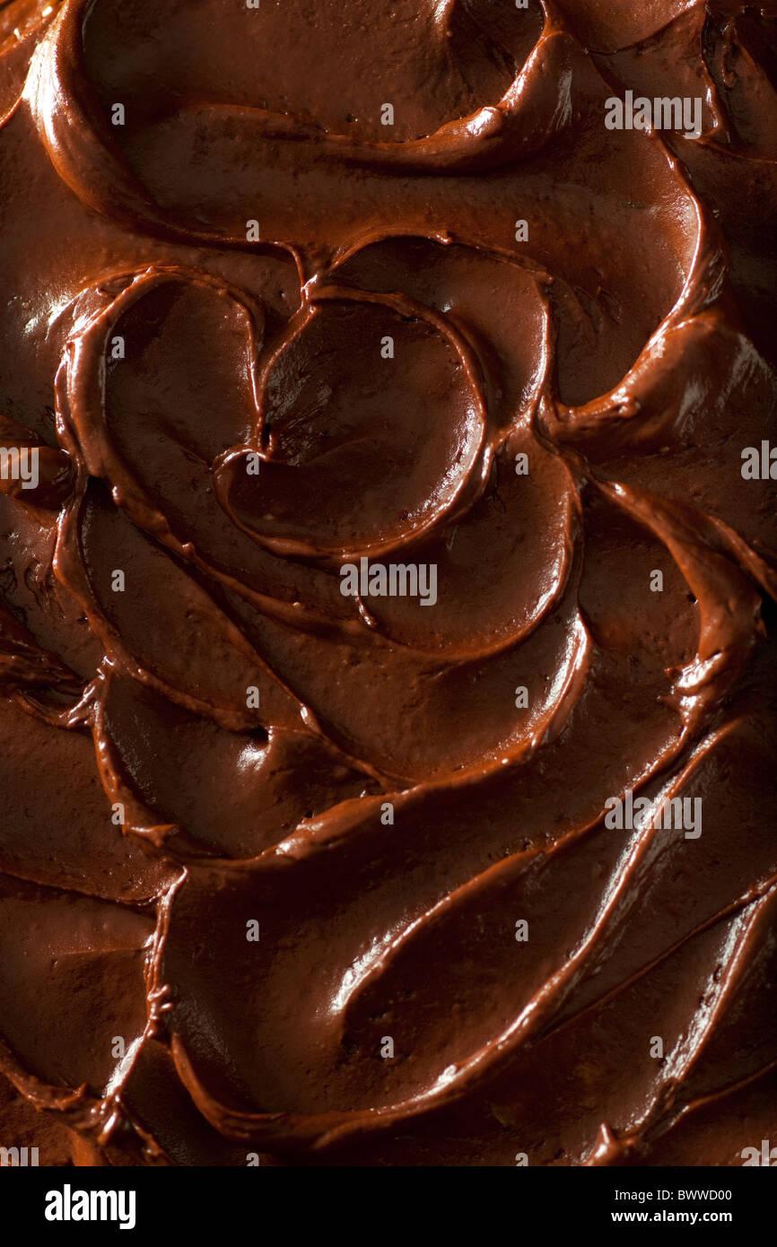 Kürbis-Kuchen mit Schokolade-Chips und Pekannüsse, geschichtet und mit Schokolade Zuckerguss bedeckt Stockbild