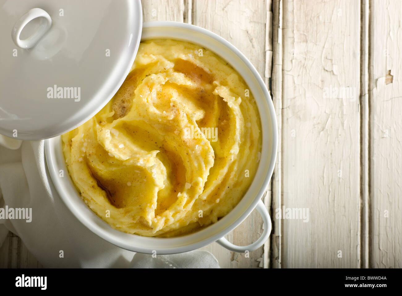 Kartoffelpüree mit garniert mit geriebener Muskatnuss, Fleur de Sel und brauner Butter. Stockbild