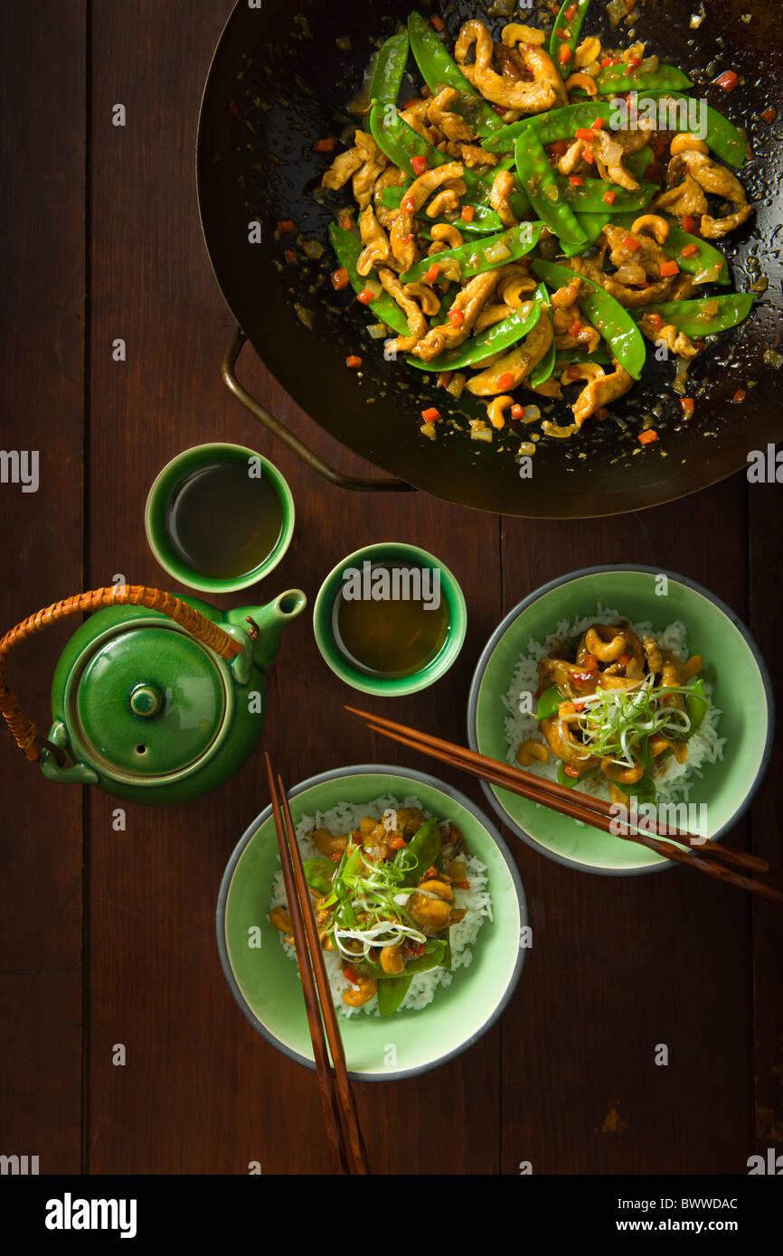 Fünf Gewürze Huhn und Cashew-Pfanne mit Zuckerschoten und Paprika. Stockbild