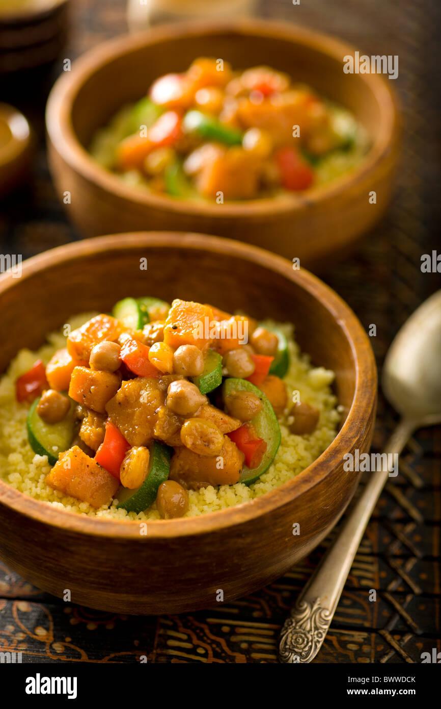 Marokkanische-Gemüse-Pfanne mit Chickepeas, Garam Masala, Butternut-Kürbis, Zucchine, Rosinen, Paprika Stockbild