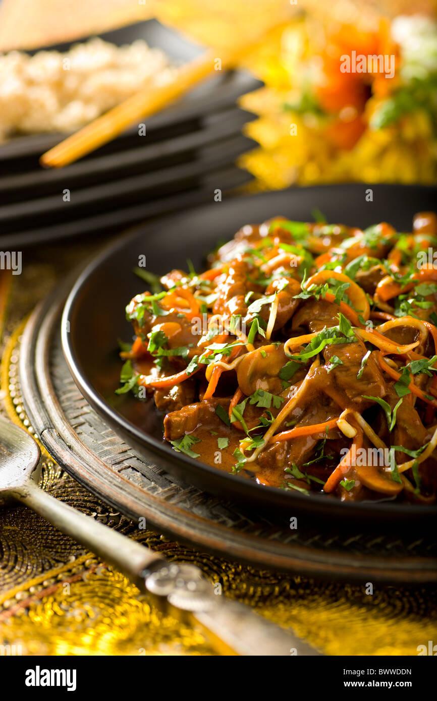 Thai Kokos Rind Braten mit Karotten, Pilzen und Sojasprossen Stockbild