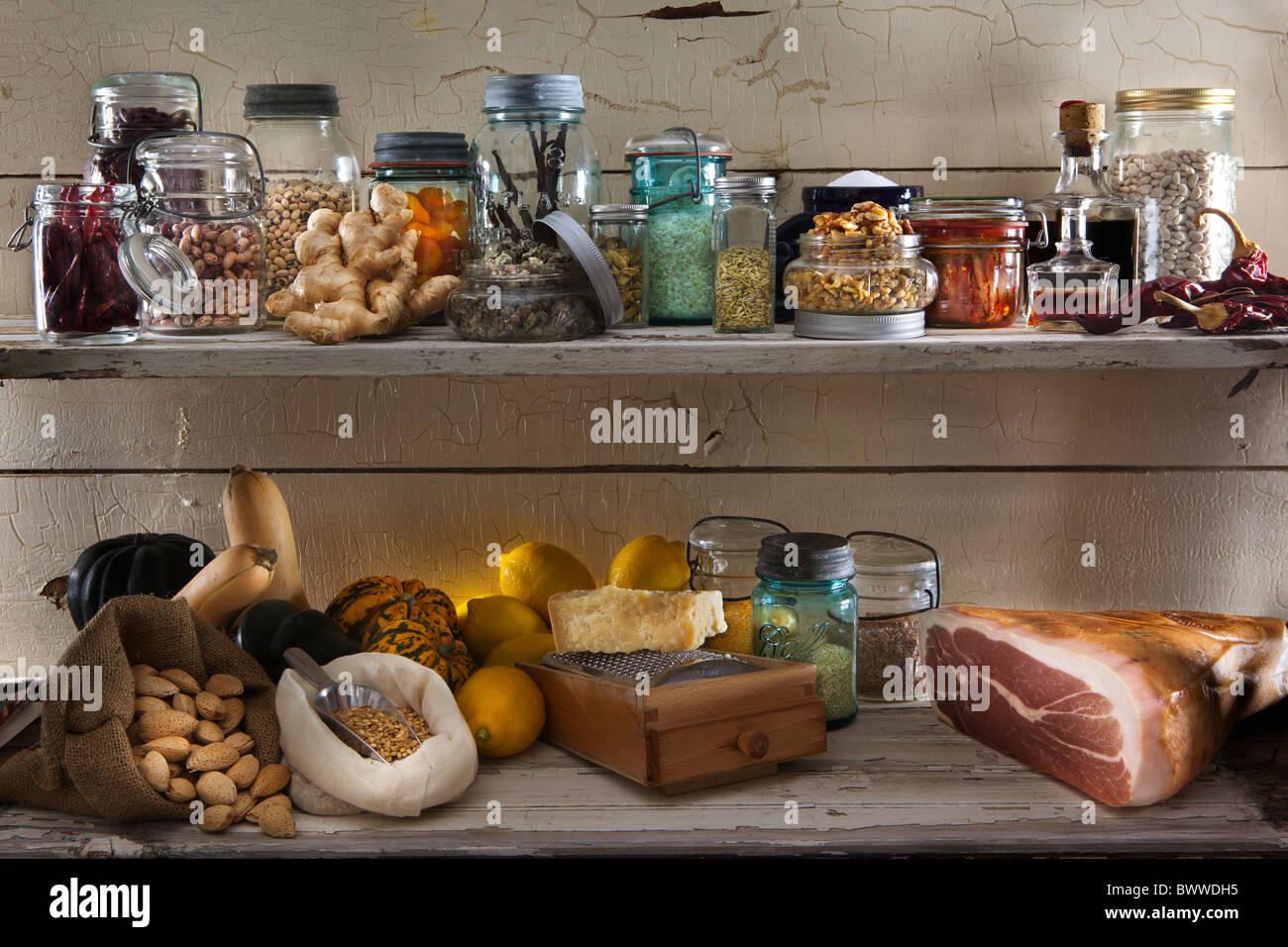 Eine Auswahl an Speisen der Speisekammer in verschiedenen Gläsern und Flaschen auf lackierten rustikale Holz Stockbild