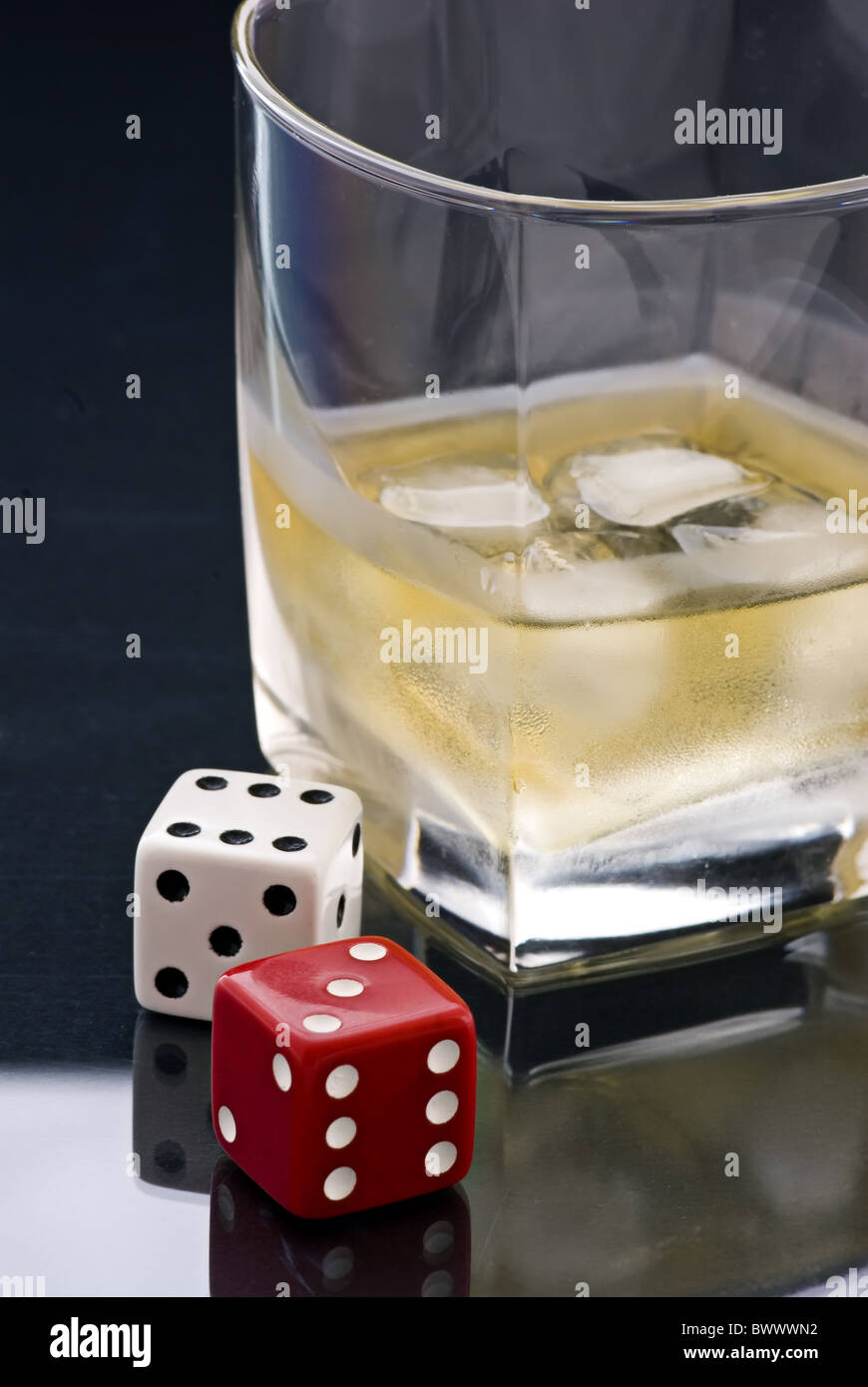 Whisky und Glücksspiel Stockbild