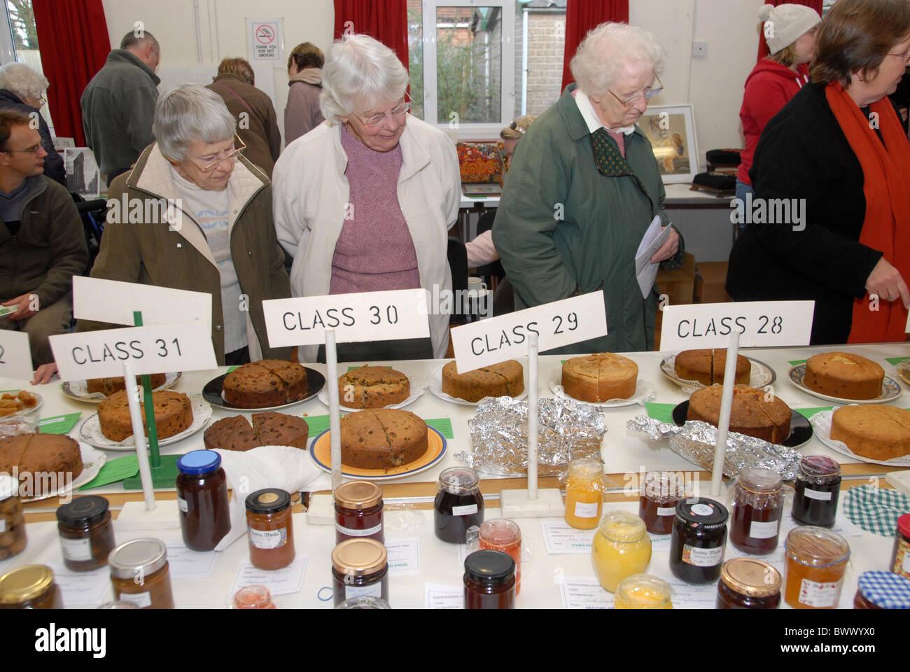 Urlauber, die Kuchen Marmelade Einträge Dorf zeigen Stockfoto, Bild ...