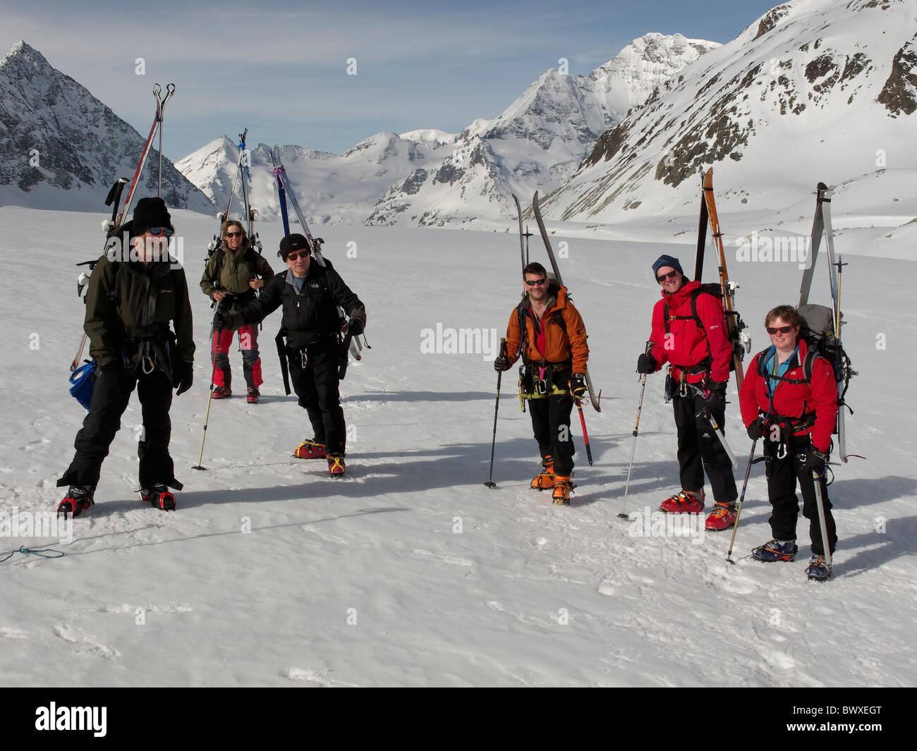 Eine Gruppe von Skitourengeher, bereit zu Fuß bis steileren Abschnitt an der Seite des Brenay Eisbruchs, auf Stockbild