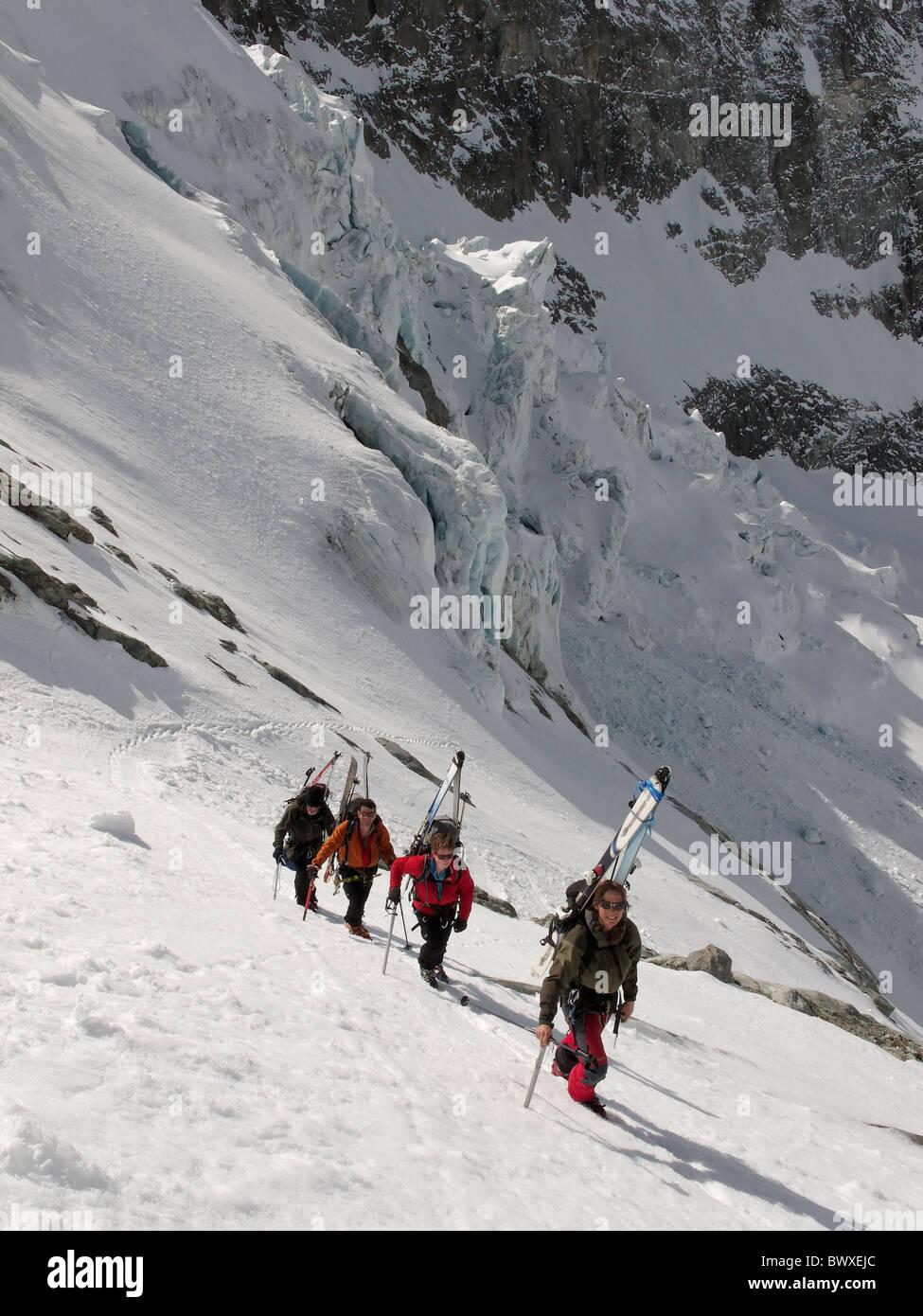 Eine Gruppe von Skitourengeher, zu Fuß bis steileren Abschnitt an der Seite des Brenay Eisbruchs, auf dem Brenay Stockbild