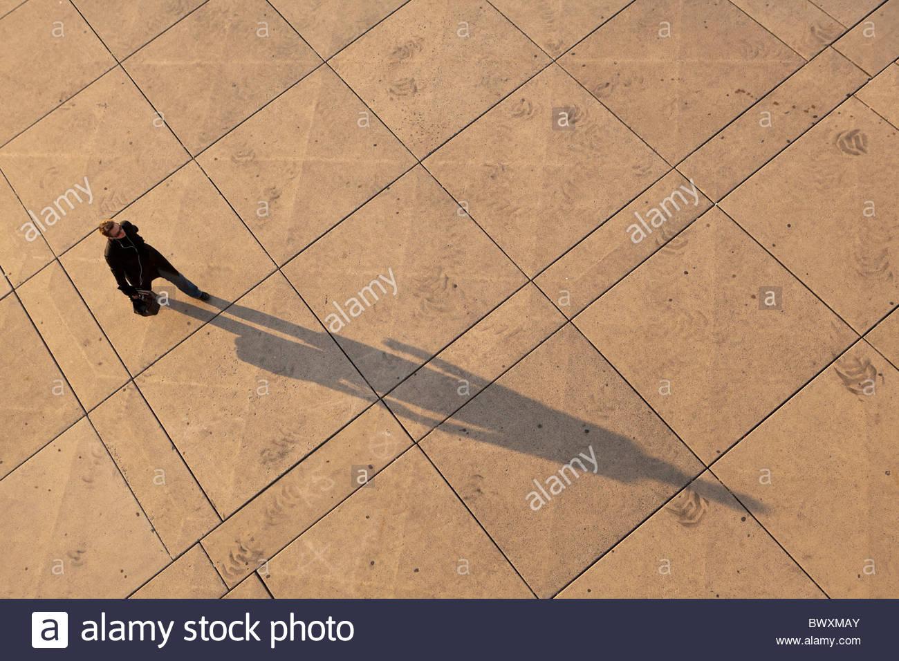 Fuß zur Arbeit mit Schatten in den frühen Morgenstunden am Nathan Phillips Square vor der City Hall in Stockbild