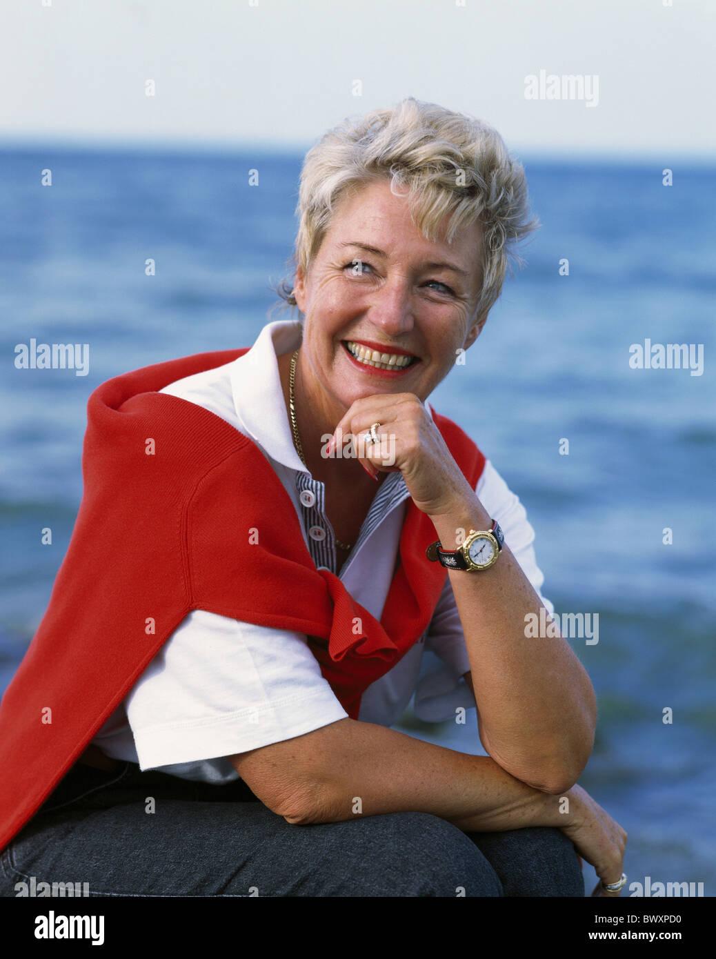 außerhalb Frau Lächeln Sie mittleren Alters alte Person Senioren Sommer Porträt Meer zufrieden Stockbild