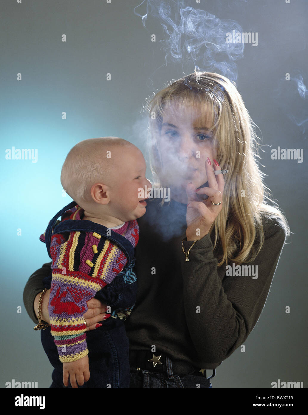 Anti-Raucher-Kampagne-Verbot von Rauchen Rauchen Kind Mutter Nichtraucherschutz rauchende Frau in der Nähe Stockbild