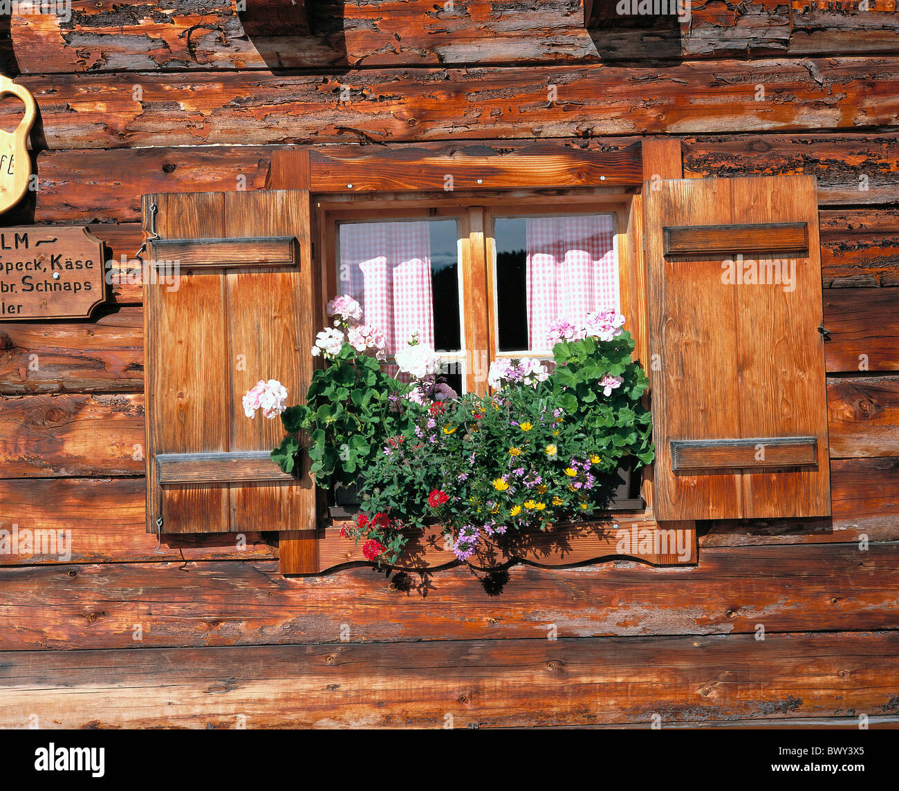 haus heimat blume fenster alph tte alp h tte holzhaus sterreich europa austria europe stockfoto. Black Bedroom Furniture Sets. Home Design Ideas