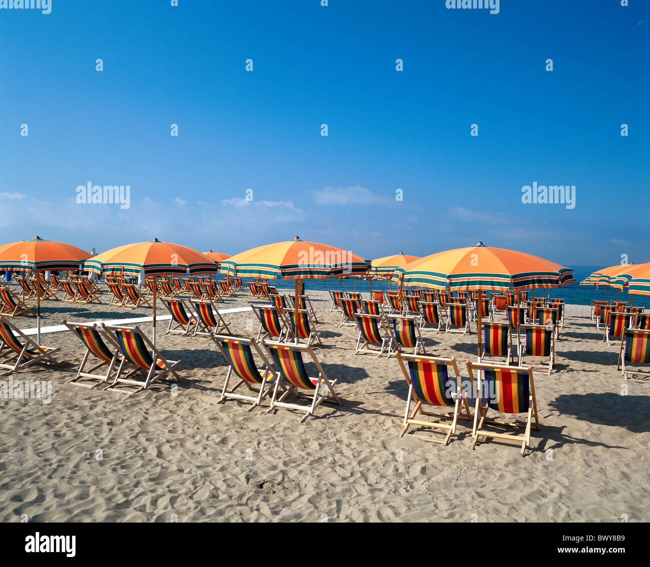 italien europa leere liegest hle orange reihen sonnenschirme am strand k ste meer strandurlaub. Black Bedroom Furniture Sets. Home Design Ideas