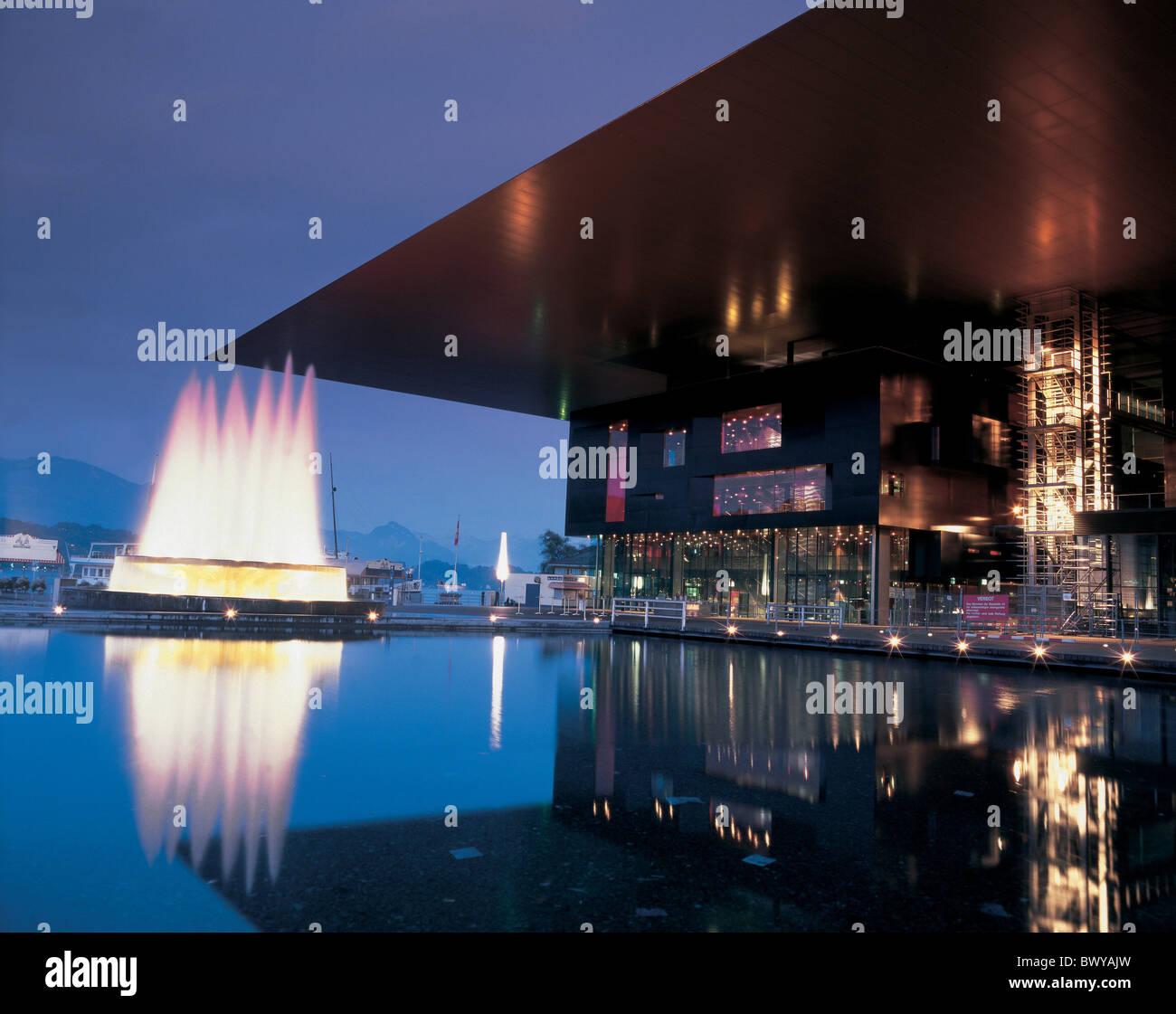 Architektur bei Nacht Gebäude Stadt Kongress Zentrum Bau Brunnen Jean Nouvel Lucerne Stadt modern Stockbild