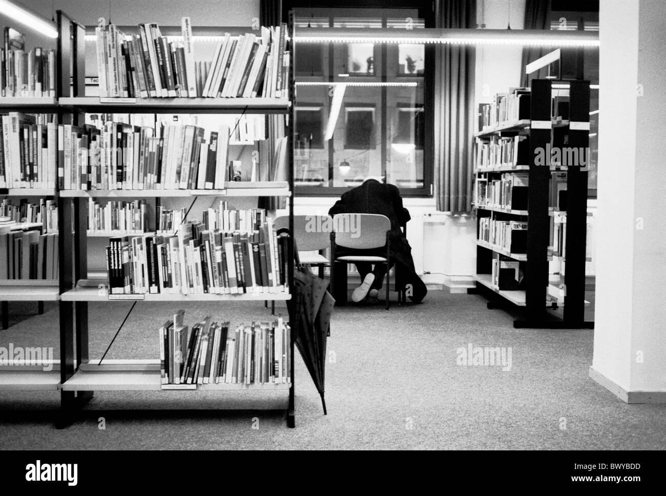 Archiv Bibliothek Bücher Buchregale innen lesen Literatur Mann Regale Regenschirm schwarz / weiß Tisch Stockbild