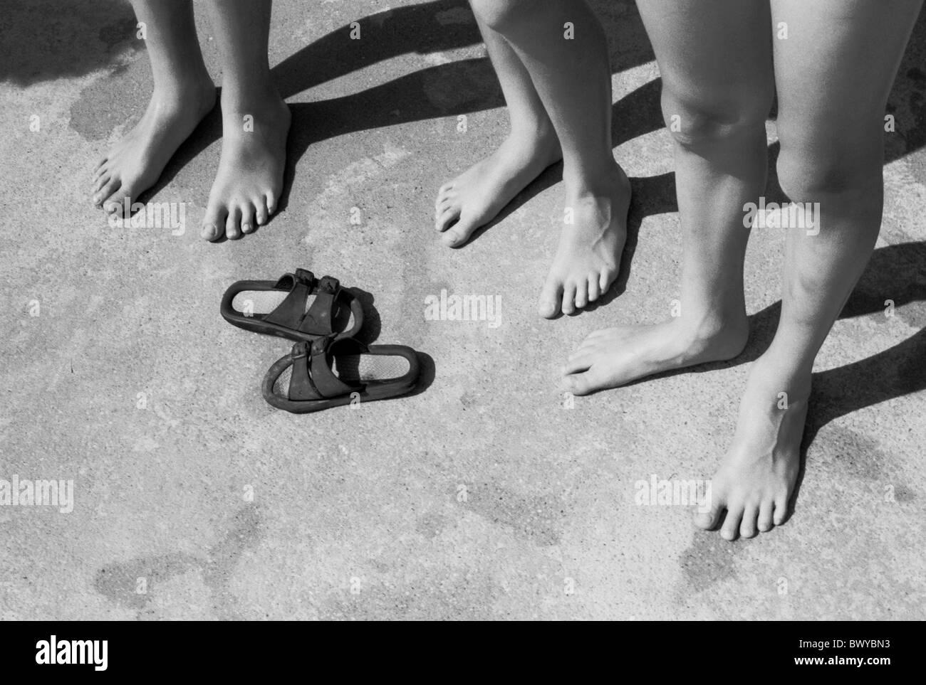 außerhalb Bad barfuß Beine Boden unten Detail Füße Kinder Sandalen ...