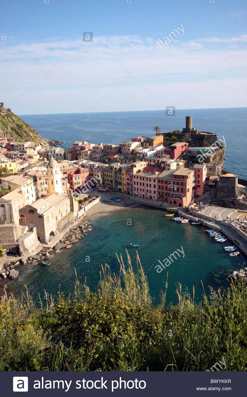 Vernazza, eines der fünf Fischerdörfer in Italiens Weltkulturerbe Cinque Terre, von oben gesehen. Stockfoto