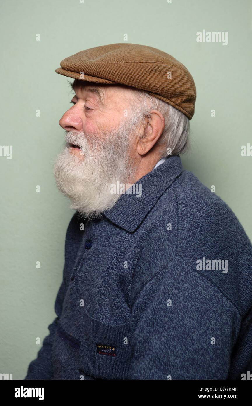 Isolierte Portrt des kaukasischen Alter Mann mit langen weien