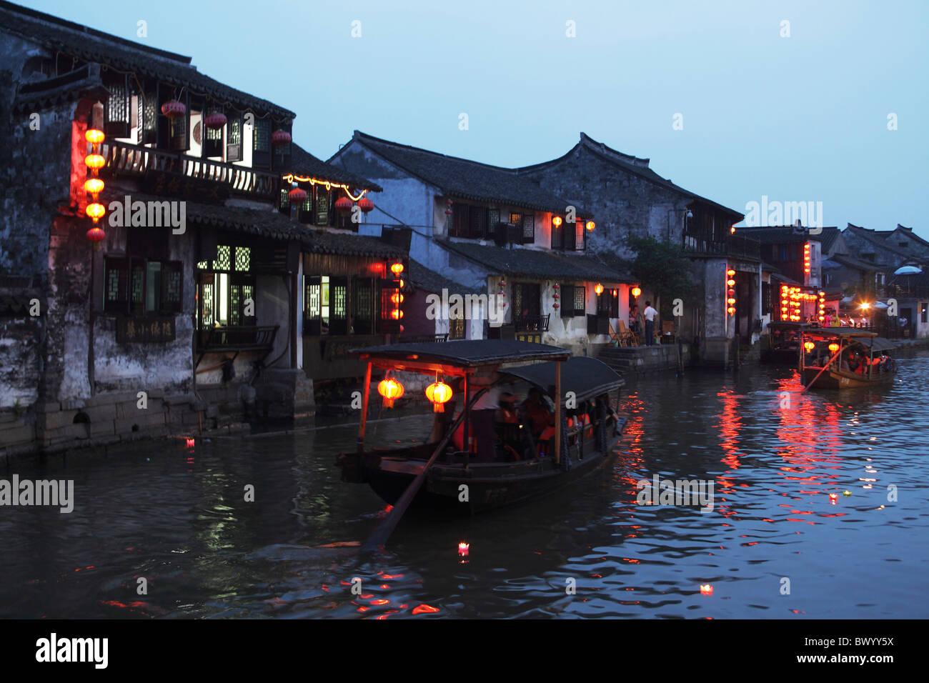 Traditionelle zweigeschossige Häuser entlang des Flusses in der Abenddämmerung, Xitang, Jiaxing, Zhejiang Stockbild