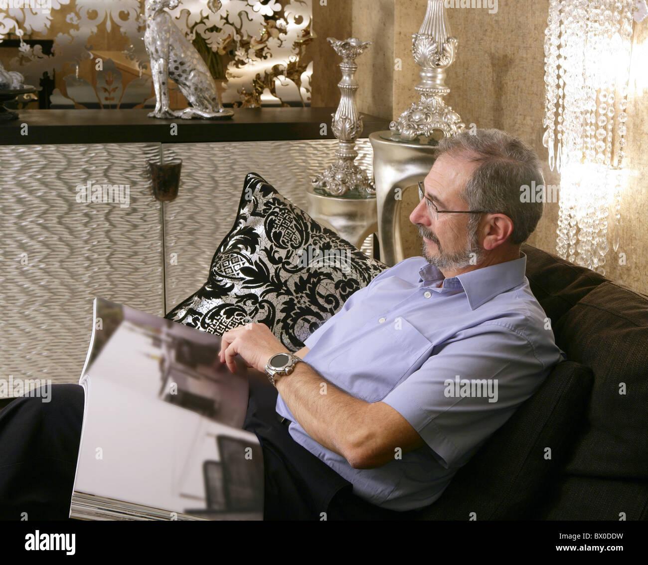 Ältere Mann liest Sofa Luxus Wohnzimmer Schwarz und Silber Stockfoto ...