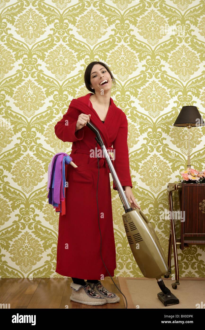 bademantel retro hausfrau frau staubsauger vintage 60er jahre tapete stockfoto bild 33202251. Black Bedroom Furniture Sets. Home Design Ideas