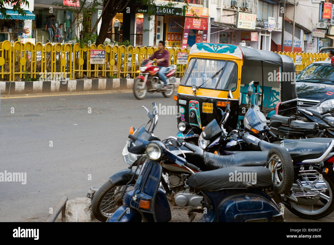 Verkehr auf den Straßen von Bhopal in Indien Stockbild