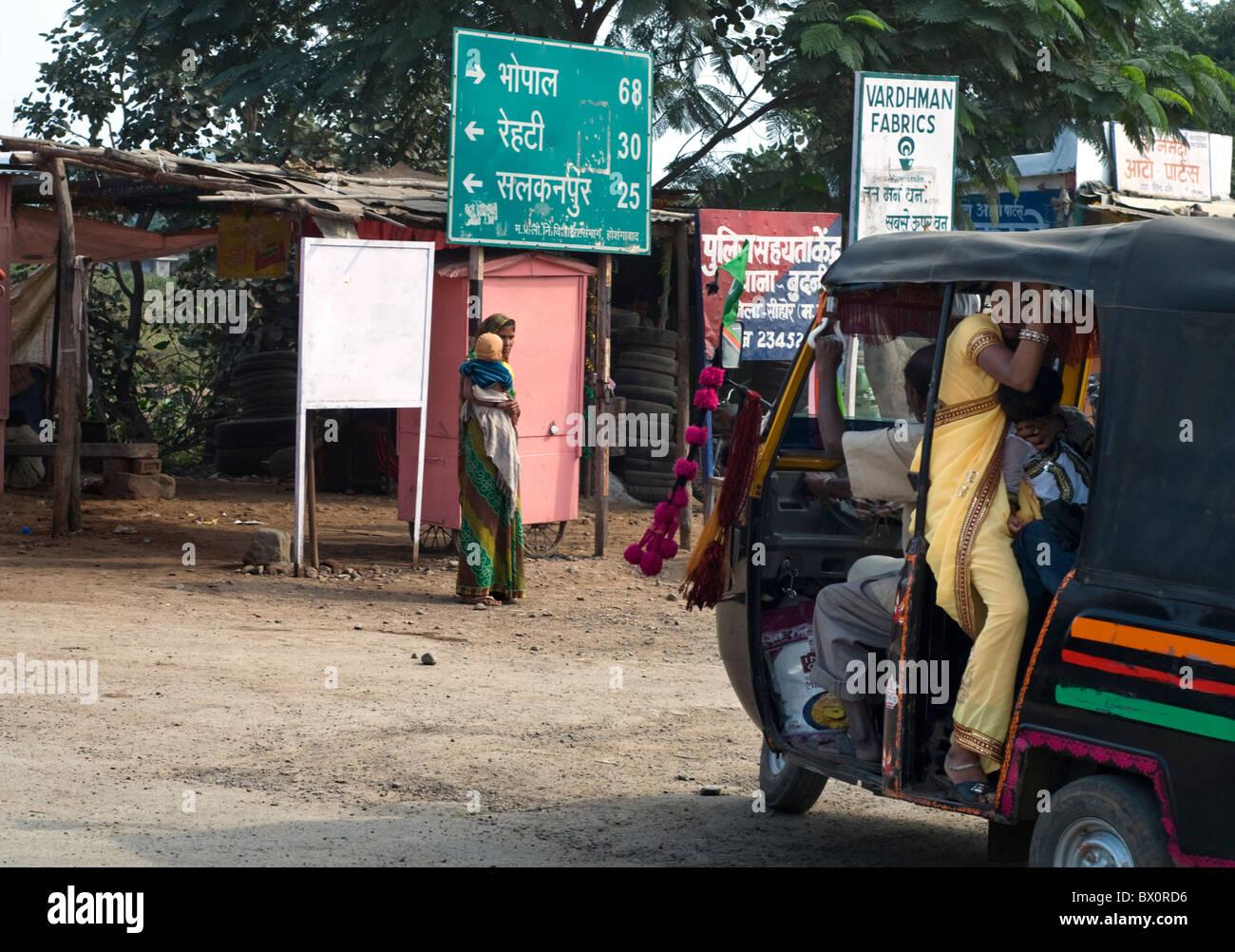 Datenverkehr auf einem Dorf in Madhya Pradesh, Indien Stockbild
