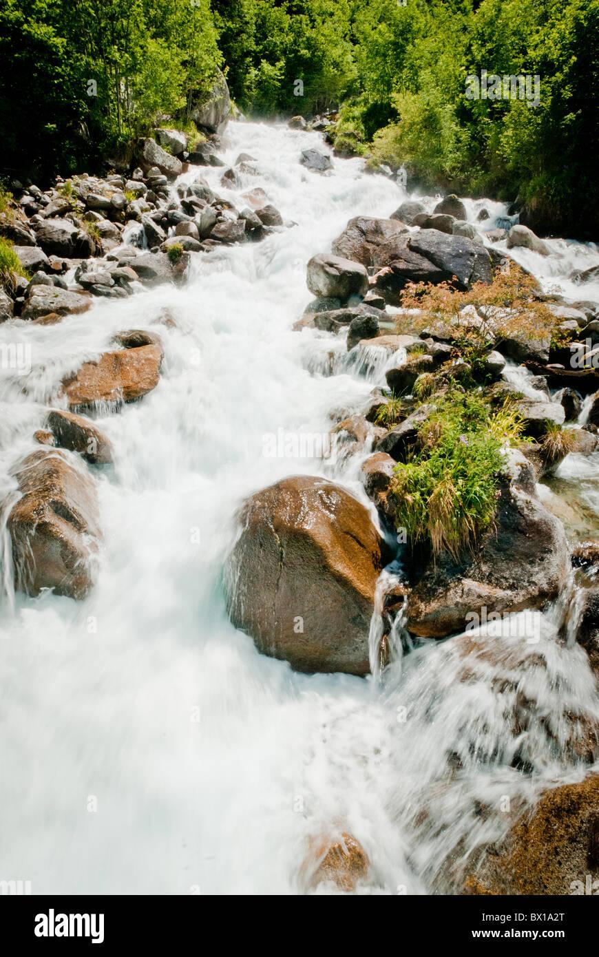Schnell fließenden Gebirgsbach Stockbild