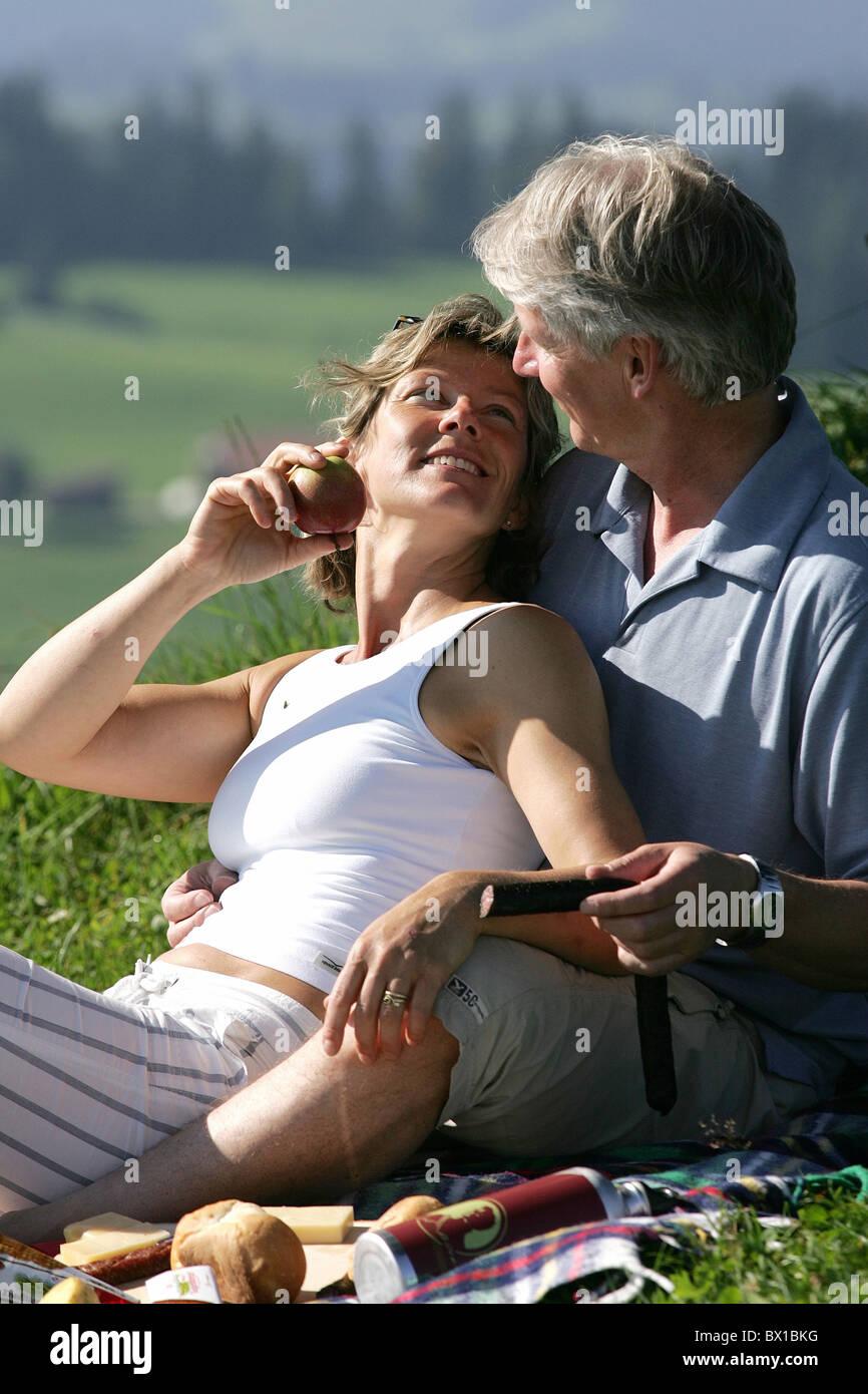 Paar mittleren Alters alte Person entspannen außerhalb Picknick Essen Natur Ausflug Wandern Hemberg Toggenburg Stockbild