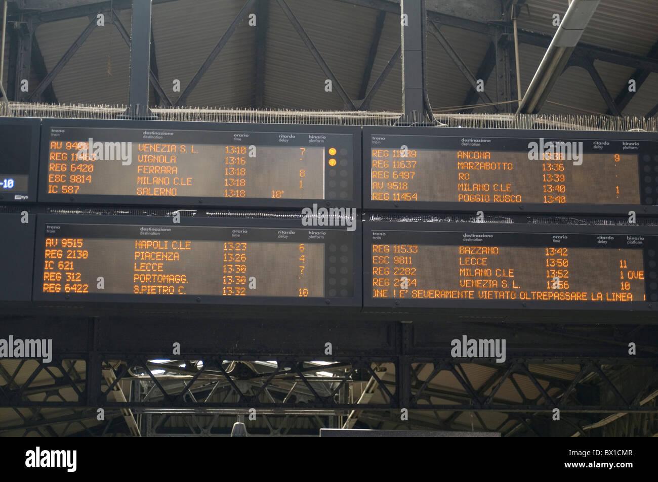 Zugabfahrt Abfahrt Ankunft Informationen Fahrplan Fahrpläne Zeit Tabelle Tabellen Bahnhof Ankünfte auf Stockbild