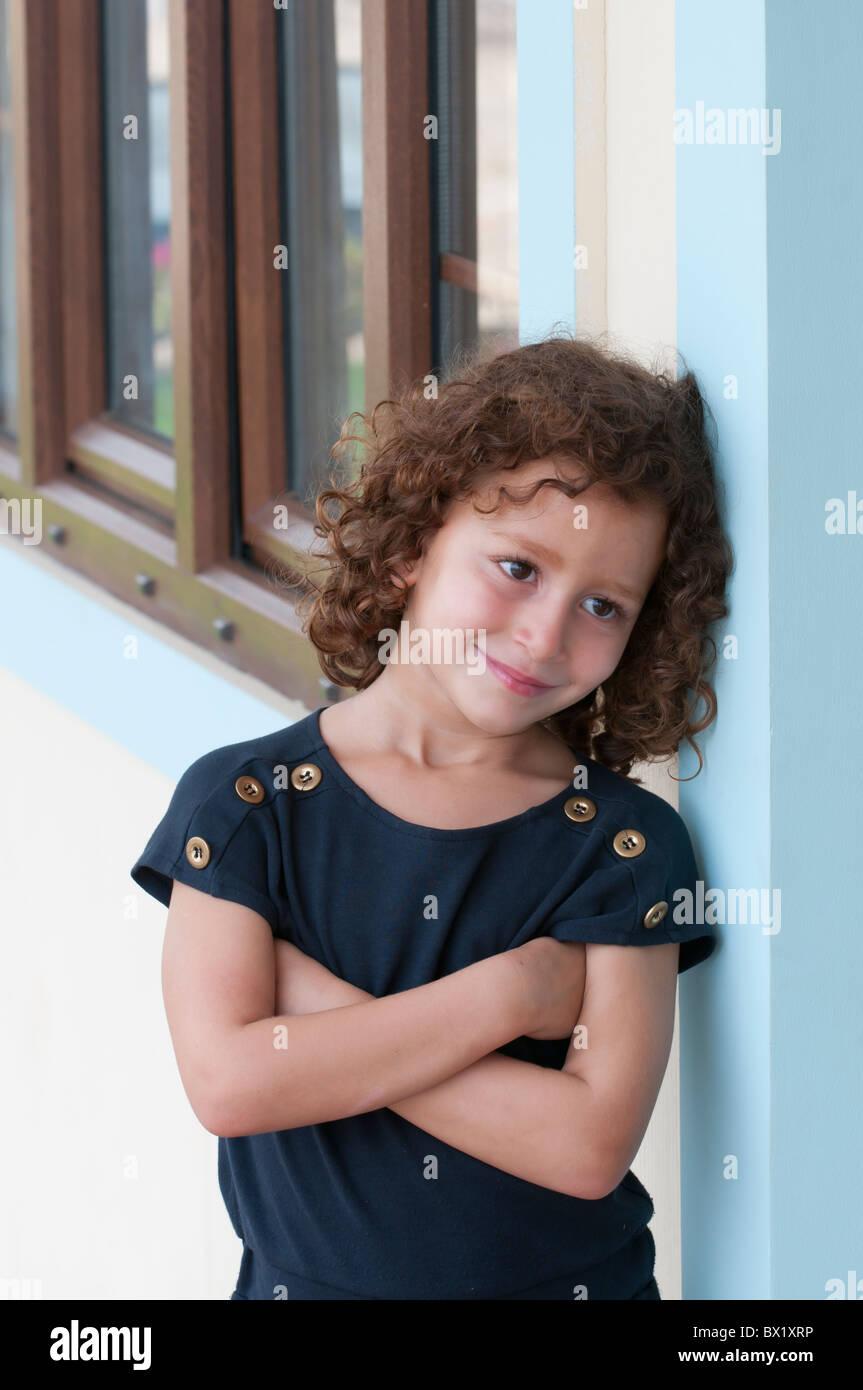 Kleines Mädchen draußen Faltung Arme aussehenden Weg Beirut Libanon Middle East Asia Stockbild