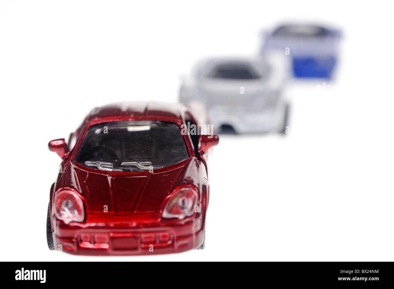 Rot, weiß und blau Spielzeugautos in einer Linie Stockbild