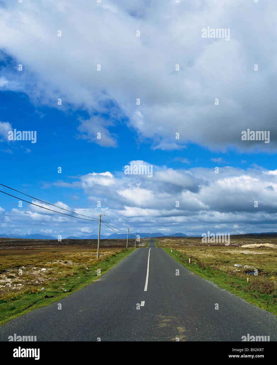 Straßenlauf durch einen bloßen Landschaft Stockbild