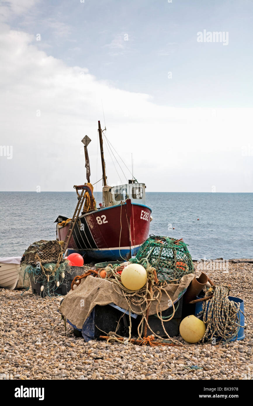 Angelboot/Fischerboot und Tackle am Strand; Bier, Devon, England Stockbild