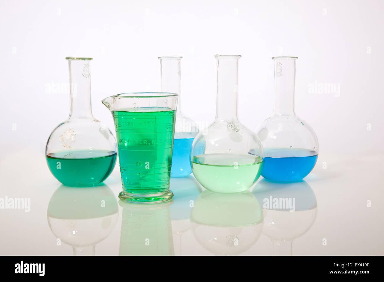 Blau- und Grüntöne bunte Chemie Stockbild