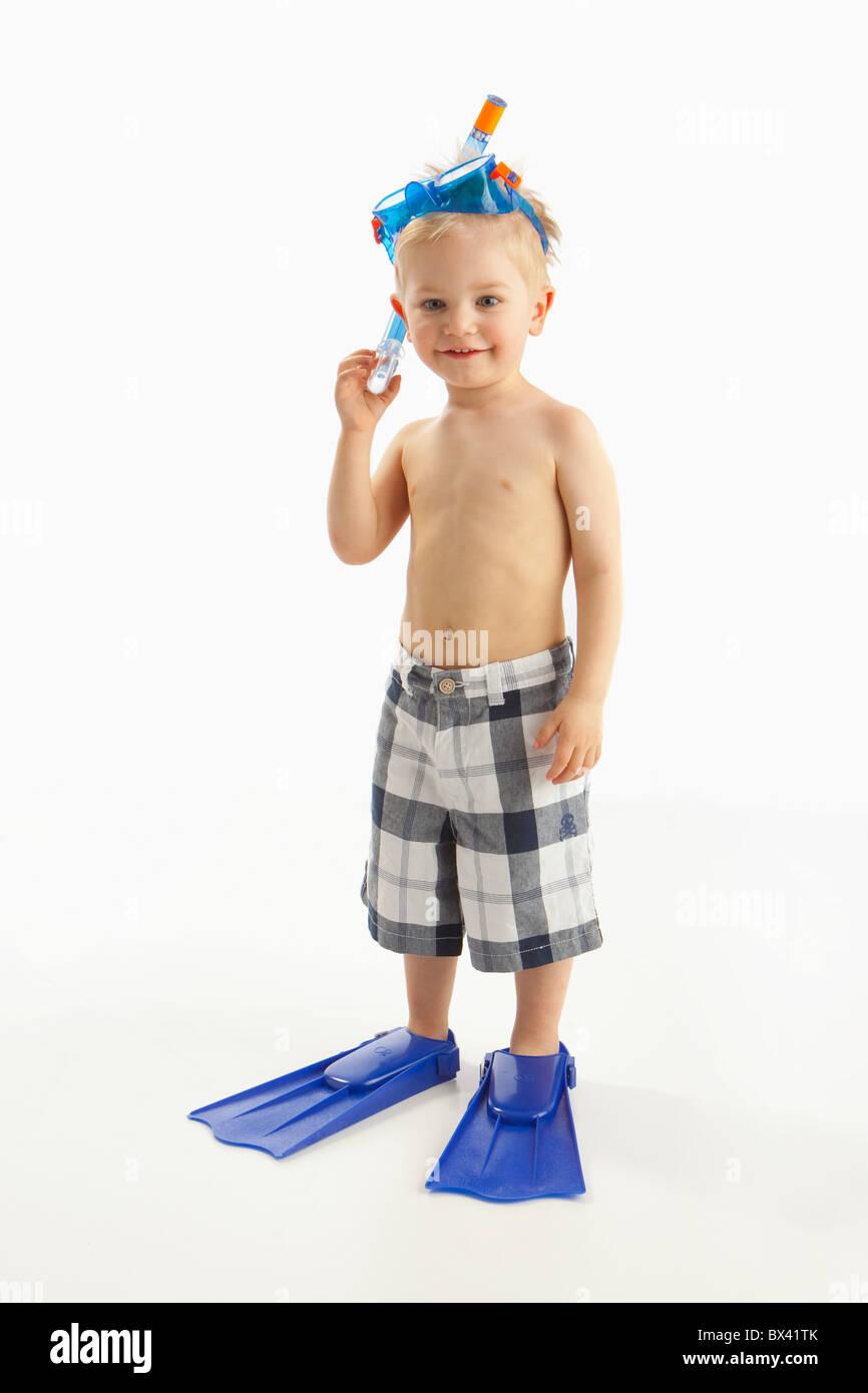 Ein Junge trägt Schnorchelausrüstung Stockfoto