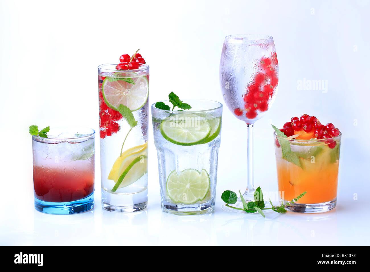 Gekühlte Getränke, garniert mit frischen Früchten Stockbild