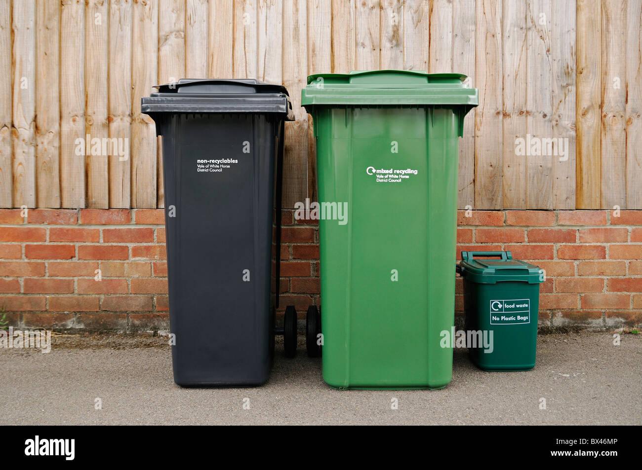 Abgeplatzte Recycling und Mülltonnen außerhalb eine Wohnimmobilie, Oxfordshire, Vereinigtes Königreich. Stockbild
