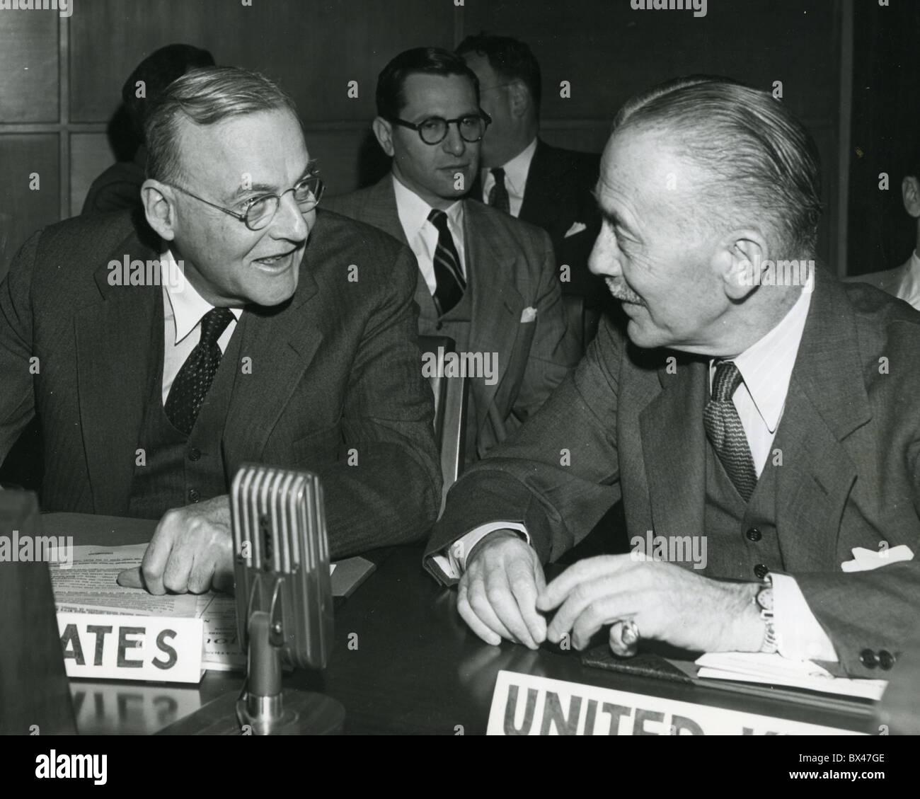 JOHN FOSTER DULLES und SIR ALEXANDER CADOGAN bei den Vereinten Nationen über 1950 Stockbild