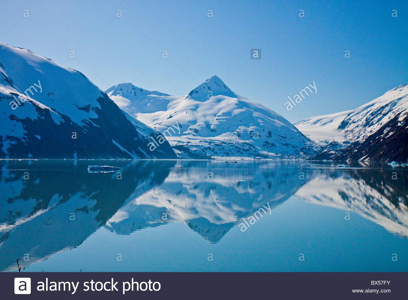 Schöne Reflexionen von Schnee bedeckt Berge in Portage Lake Stockbild