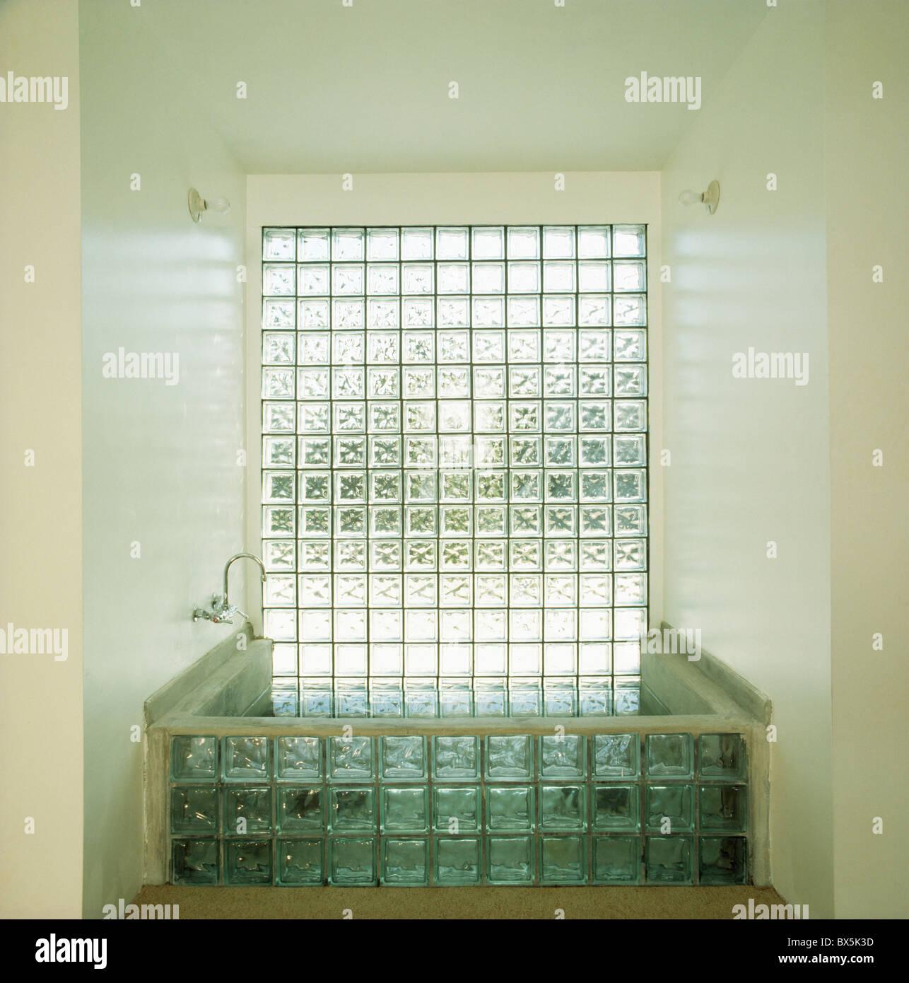 Glaswand über Glas-Ziegel-Bad im modernen Badezimmer Stockfoto, Bild ...