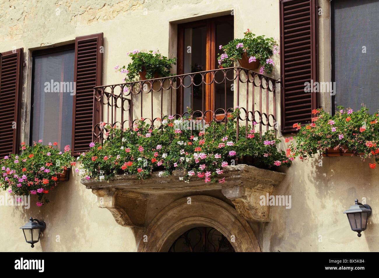 Pienza, Toskana, Balkon mit Blumen Stockbild