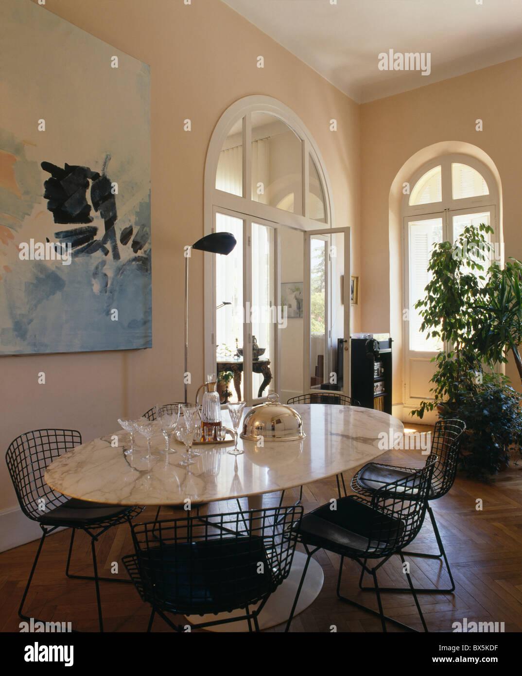 Fesselnd Modernen Oval Marmor Spitze Tisch Und Schwarz Metall Bertoia Stühle Im  Stadthaus Speisesaal Mit Großen Bildern Und Hohen Zimmerpflanze