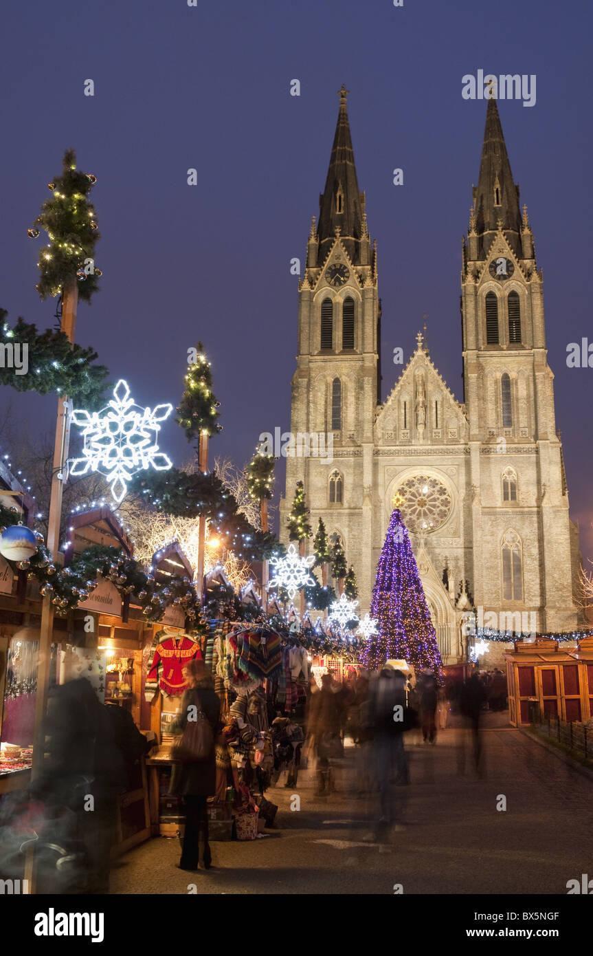 Stände Weihnachtsmarkt.Stände Weihnachtsmarkt Weihnachtsbaum Und Neo Gotische Kirche St