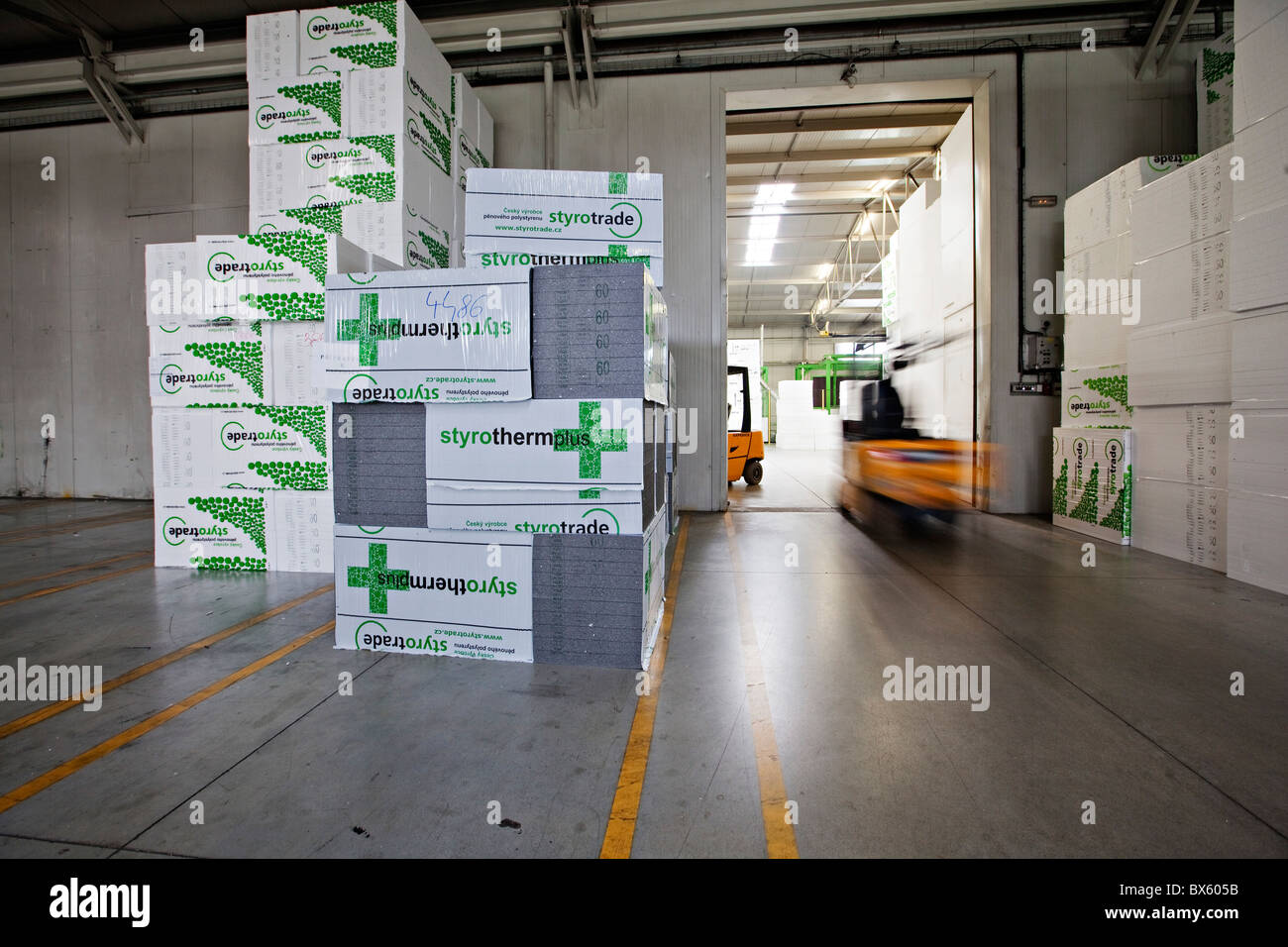 polystyrene packaging material stockfotos polystyrene packaging material bilder alamy. Black Bedroom Furniture Sets. Home Design Ideas